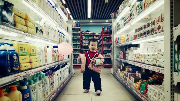 grocery aisle with a little kid